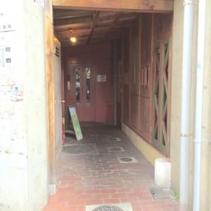 PAOビル一階のレストラファミリーマートの裏の道に入ります。脇にエレベーターがあるので、それを使って7階に。